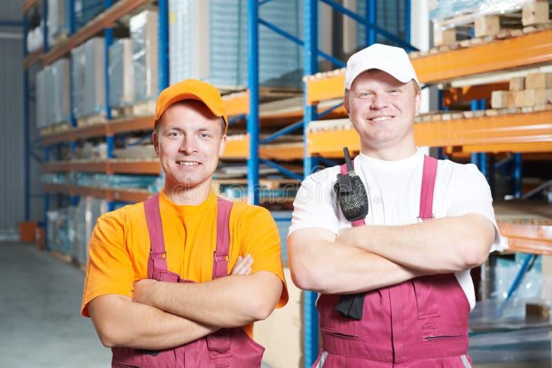 Squadra degli operai in magazzino fotografia stock libera da diritti