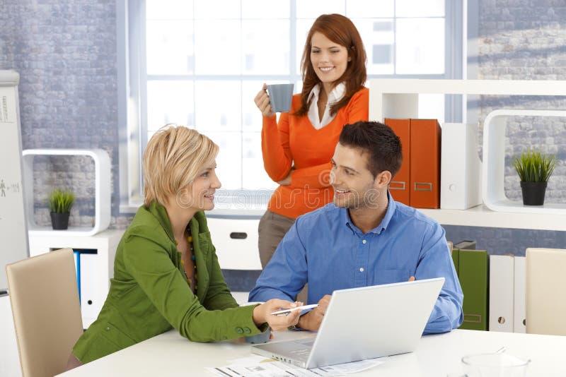 Squadra dell'ufficio sul lavoro immagini stock libere da diritti