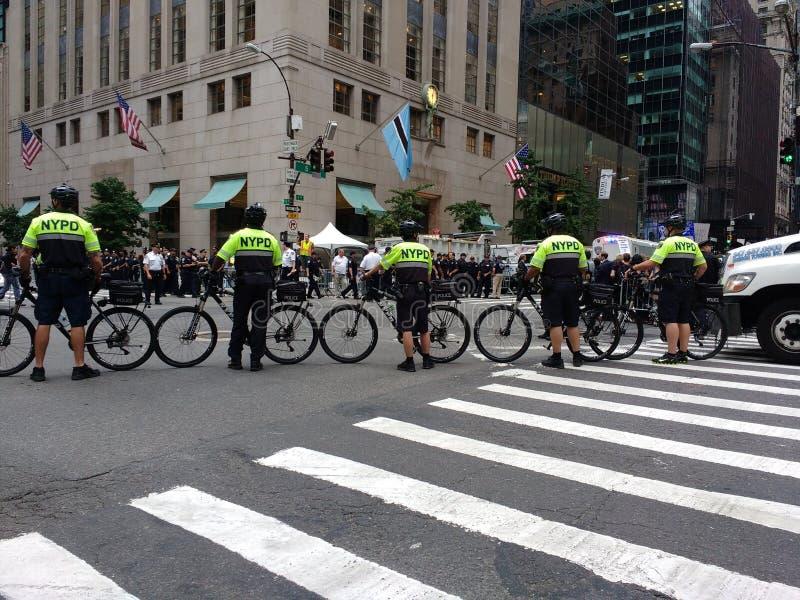 Squadra della bici di NYPD, raduno di Anti-Trump, NYC, NY, U.S.A. immagine stock libera da diritti