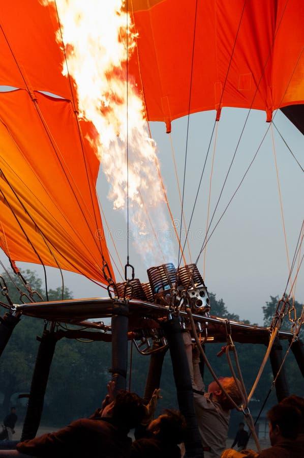 Squadra della mongolfiera che inizia fuoco immagini stock libere da diritti