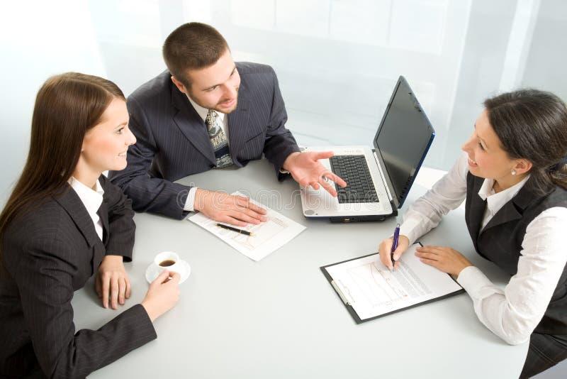 Squadra di affari ad una riunione fotografia stock libera da diritti