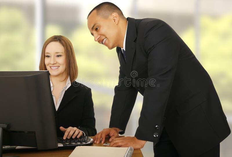 Squadra di affari che esamina Compiter fotografie stock