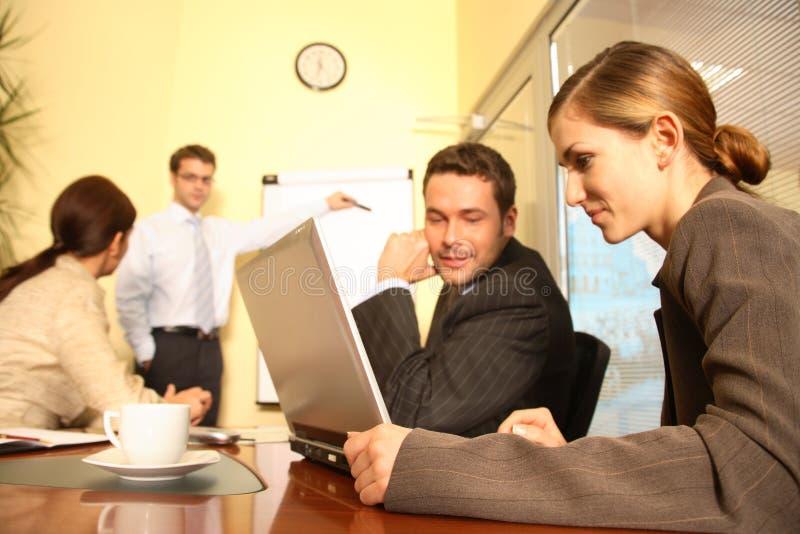Squadra di affari che prepara una proposta fotografia stock
