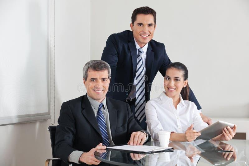 Squadra di affari con il computer portatile fotografia stock libera da diritti