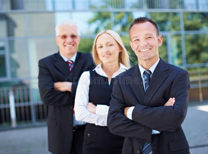 Squadra di affari fuori dell'ufficio fotografia stock libera da diritti
