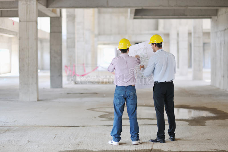 Squadra di architetti sul luogo del construciton immagine stock libera da diritti