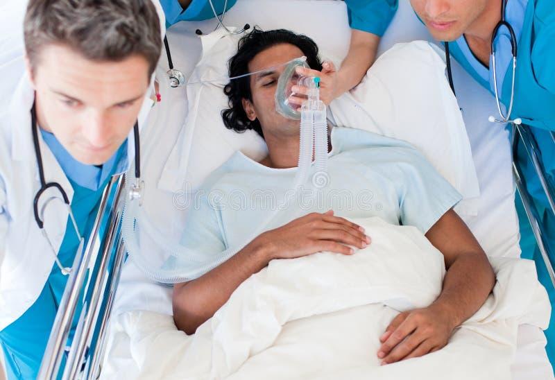 Squadra di emergenza che trasporta un paziente immagine stock libera da diritti