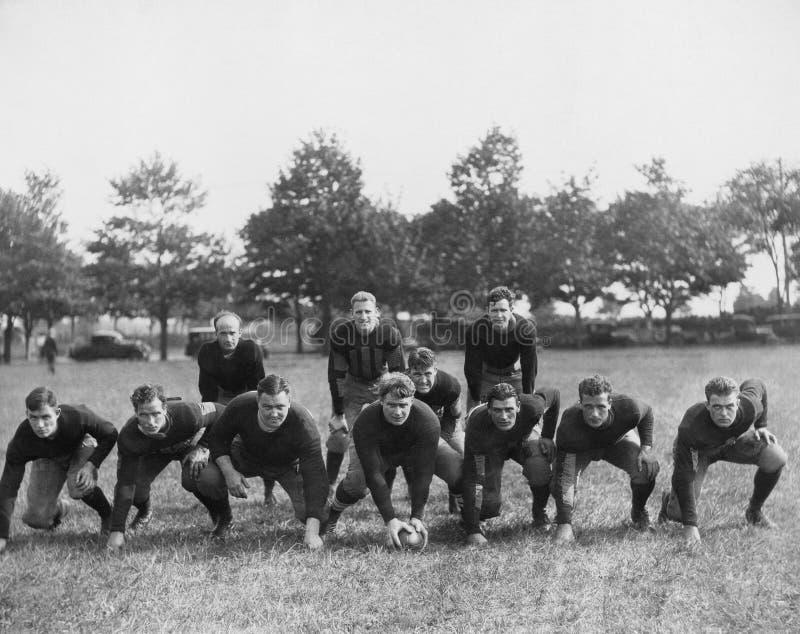 Squadra di football americano nel campo (tutte le persone rappresentate non sono vivente più lungo e nessuna proprietà esiste Gar fotografia stock libera da diritti