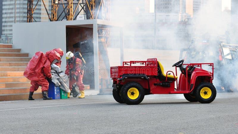 Squadra di SCDF CBRE che rimuove i prodotti chimici tossici durante il NDP fotografia stock