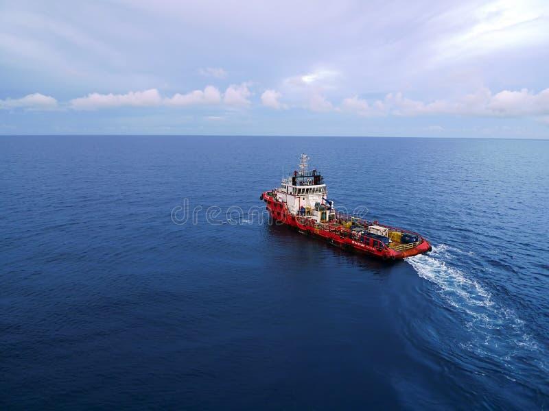 Squadra e barca industriali del rifornimento per petrolio e gas di fotografia stock libera da diritti