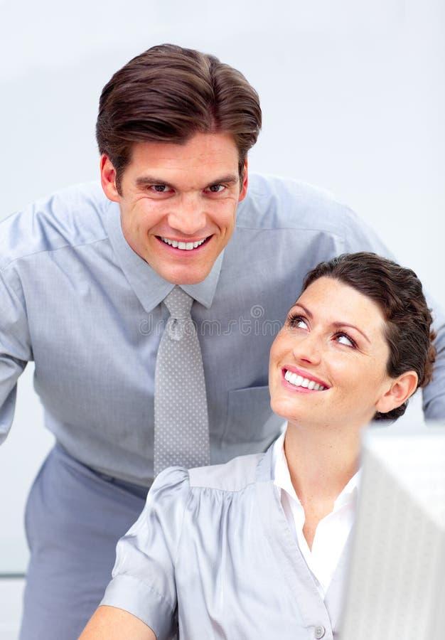 Squadra entusiastica di affari che lavora ad un calcolatore fotografie stock