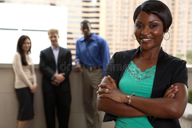 Squadra esterna con la donna di colore fotografia stock libera da diritti