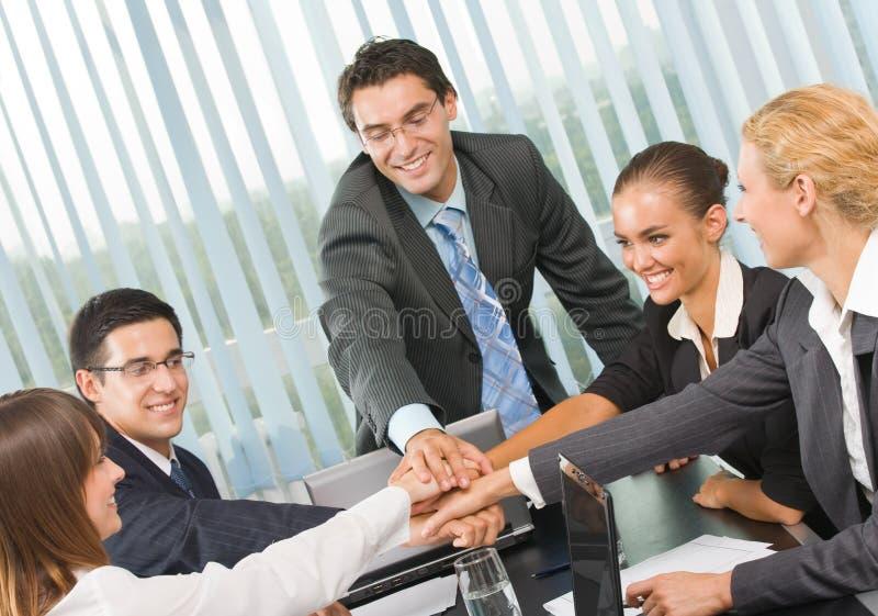 Squadra felice di affari all'ufficio immagine stock