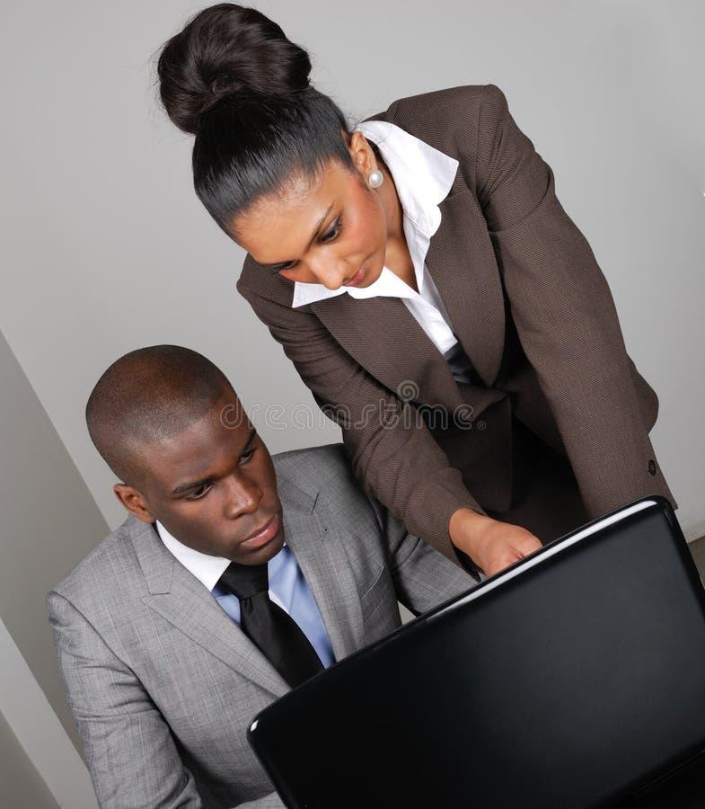 Squadra Multi-ethnic di affari che lavora al computer portatile immagine stock