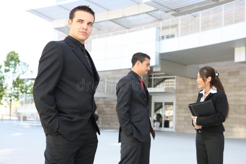Squadra varia di affari all'edificio per uffici fotografia stock