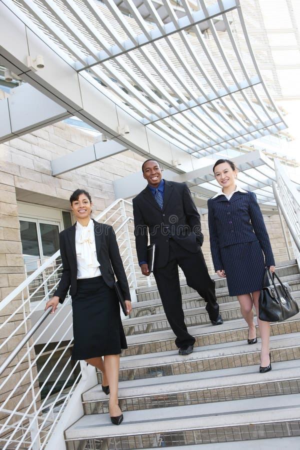Squadra varia di affari all'edificio per uffici fotografie stock libere da diritti