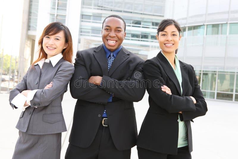 Squadra varia di affari all'edificio per uffici immagine stock