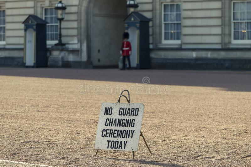 Square at at the Buckingham Palace with a sign - No Guard Changing ceremonie vandaag stock foto