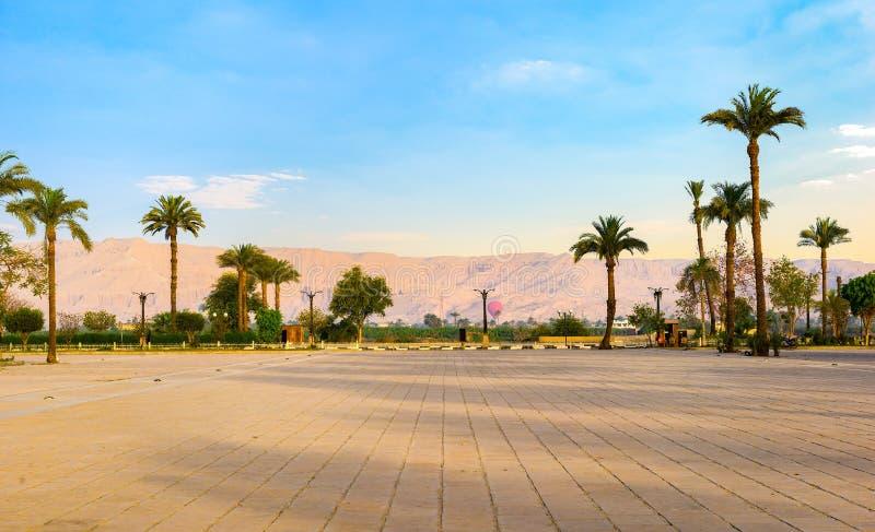 Discussion sur l'Etoile du 21 août 2020 - Page 2 Square-near-karnak-temple-luxor-view-palm-trees-mountains-sunrise-164845484