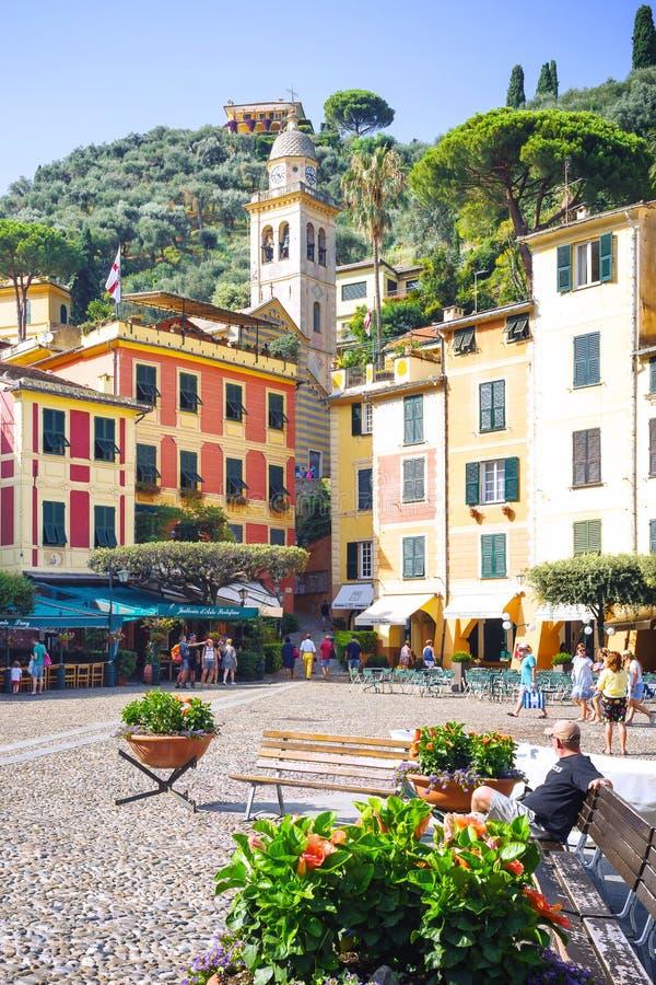 Square Piazzetta di Portofino, Italia, Genova, Liguria, il 9 agosto, 18: L'area principale con i turisti, i negozi di lusso, i ca fotografie stock libere da diritti