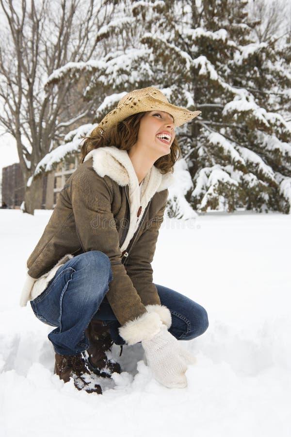 squatting kvinna för snow arkivfoton