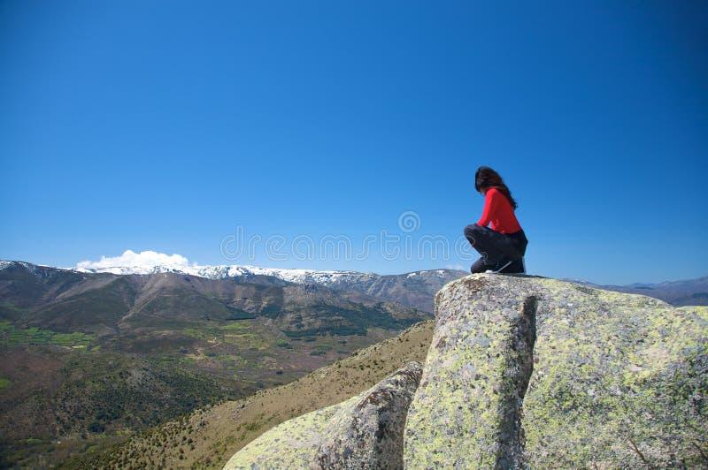 Squatting på berg royaltyfria foton