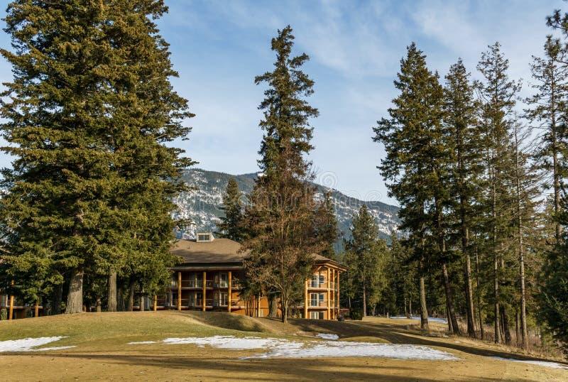 SQUILAX KANADA, Marzec, - 16, 2019: Nowożytny Drewniany hotel z drzewami w kolumbia brytyjska na Małym Shuswap jeziorze zdjęcia stock