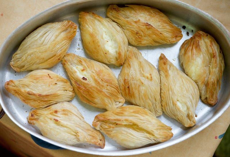 Squisitezza maltese di cottura, pastizzi Pastizzi, alimento tipico della via Paste maltesi con la ricotta ed i piselli Alimento m immagini stock
