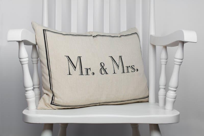 Sr. e Sra. descanso romântico na cadeira de balanço branca imagem de stock