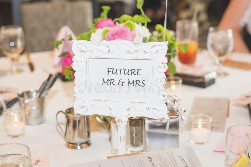 Sr. e Sra. futuros sinal do tampo da mesa para chuveiros nupciais foto de stock