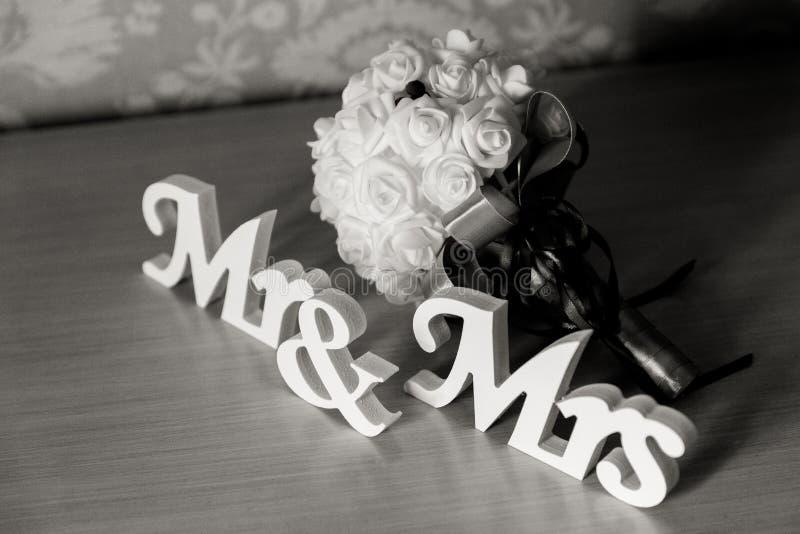 Sr. e Sra. letras no fundo nupcial do ramalhete imagem de stock royalty free