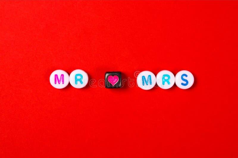 Sr. e Sra. que rotulam no fundo vermelho foto de stock royalty free