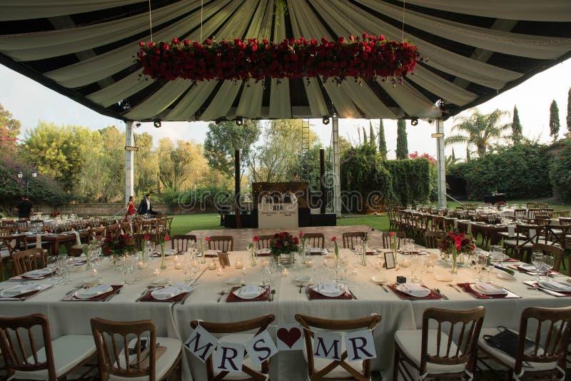 SR. y SEÑORA sillas de madera para los pares de novia y del novio en casarse la decoración con el toldo que se casa de lujo adorn fotos de archivo