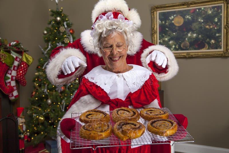 A Sra. Claus coze um deleite para Santa imagem de stock royalty free