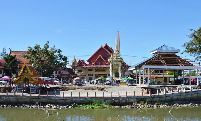 Srabau从干燥运河的寺庙崩溃码头  库存图片