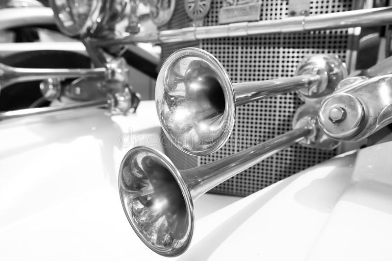 SRAEL, PETAH TIQWA - 2016年5月14日:技术古董的陈列 发光的hornsof老减速火箭的汽车在Petah Tiqwa,以色列 库存图片