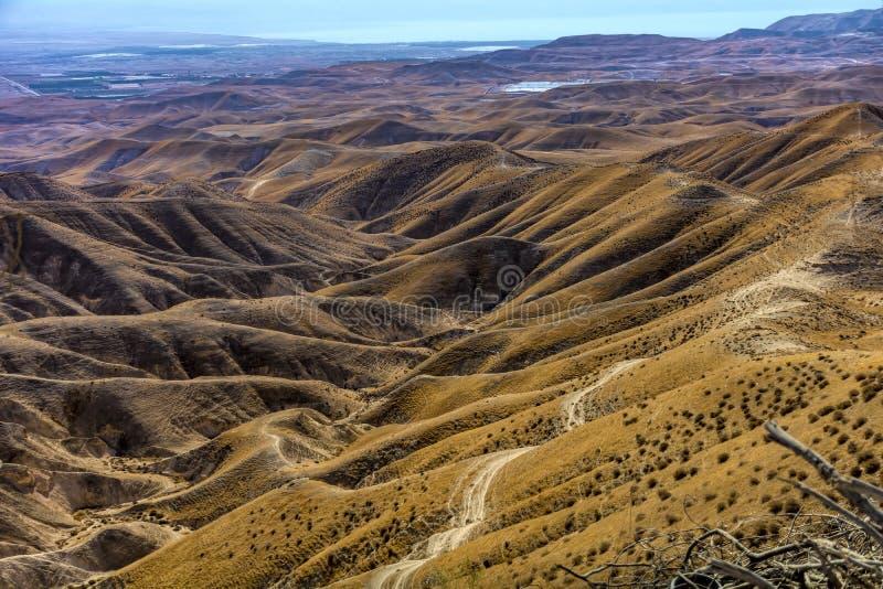 Srael, Negev, désert Fin des montagnes et de la plantation sur le désert du Néguev de Nan De, vous voyez le lit de rivière sec, a photos libres de droits