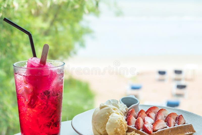 Srawberrywafel met vanilleroomijs en rode drank stock afbeeldingen
