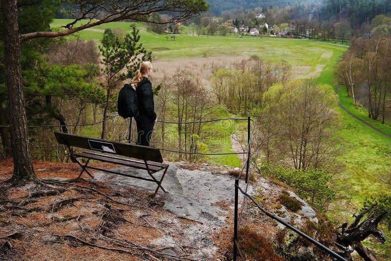 Srbska Kamenice, Τσεχία - 8 Απριλίου 2017: Ο φωτογράφος Jiri Igaz κοιτάζει από την προοπτική βράχου στη φυσική επιφύλαξη Arba την στοκ φωτογραφίες