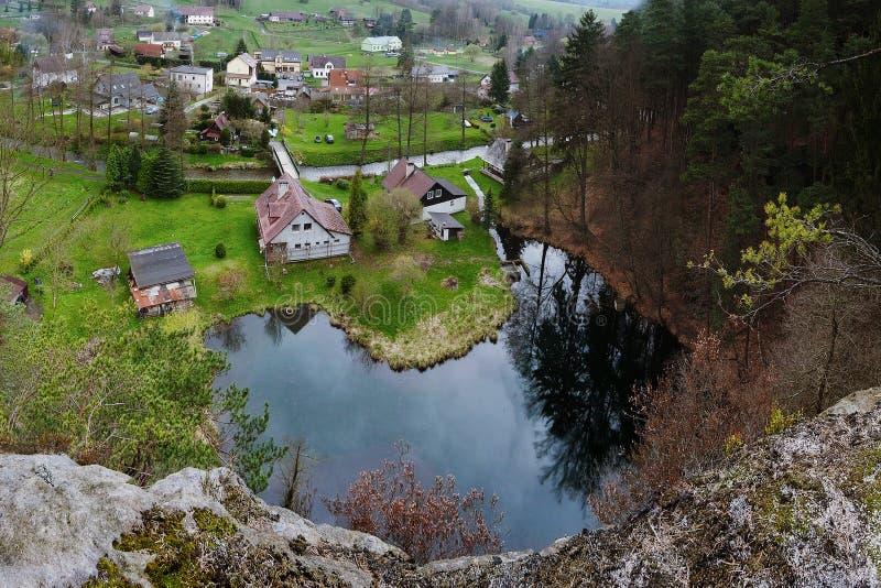 Srbska Kamenice, République Tchèque - 8 avril 2017 : nouvelles maisons à la réservation naturelle smal Arba de lac au printemps d images libres de droits