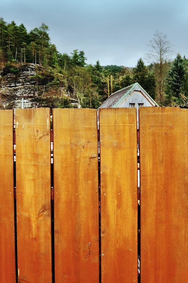 Srbska Kamenice, republika czech - Kwiecień 08, 2017: dachowa chałupa za drewnianym ogrodzeniem blisko skalistego światopoglądu zdjęcia stock