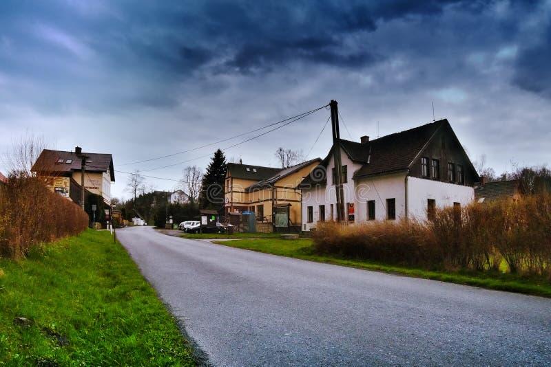 Srbska Kamenice, Tjeckien - April 08, 2017: vitt brevskickandehus i bergby i vår arkivbild