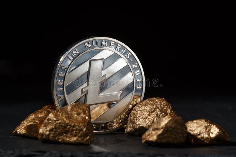 Srebna Bitcoin moneta i kopiec złoto Bitcoin cryptocurrency obrazy stock
