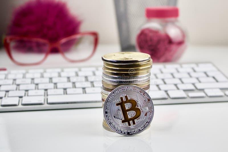 Srebna bitcoin moneta - różowy pojęcie zdjęcia stock