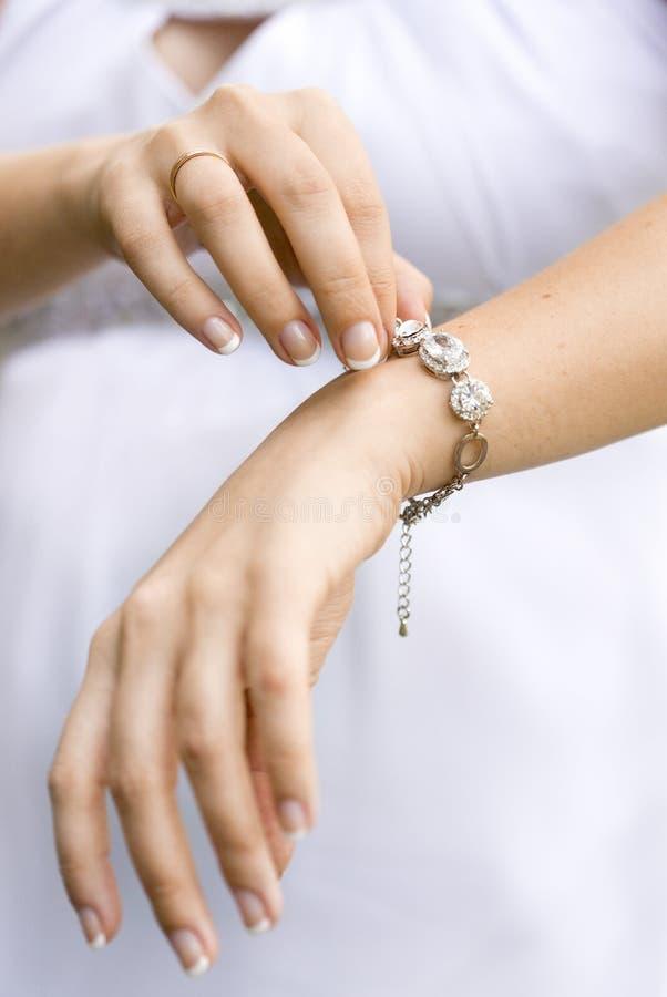 Srebna bransoletka z dużymi rękami i cristals dziewczyna lub kobieta zdjęcia stock