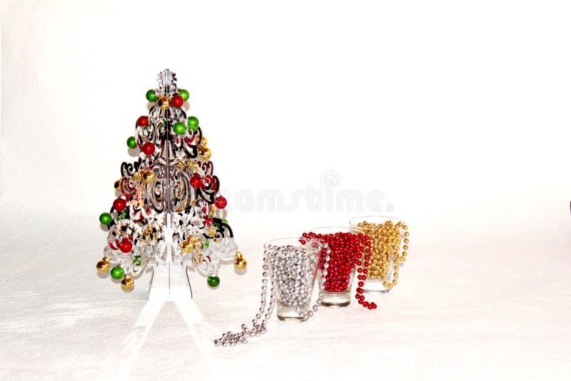 Srebna choinka z colourful dekoracjami zdjęcia royalty free