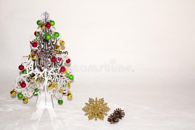 Srebna choinka z colourful dekoracjami zdjęcia stock