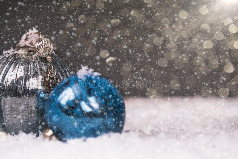 Srebna i błękitna Bożenarodzeniowa piłka w śniegu zdjęcia stock