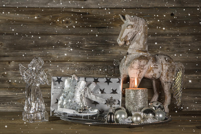 Srebna i beżowa boże narodzenie dekoracja z teraźniejszością, anioł, koń obraz royalty free