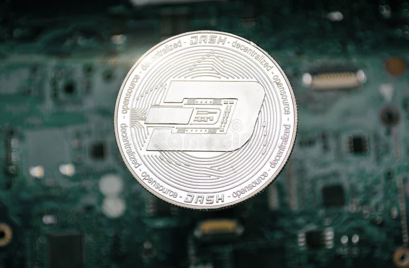 Srebna junakowanie moneta na tle komputerowa płyta główna, obraz royalty free